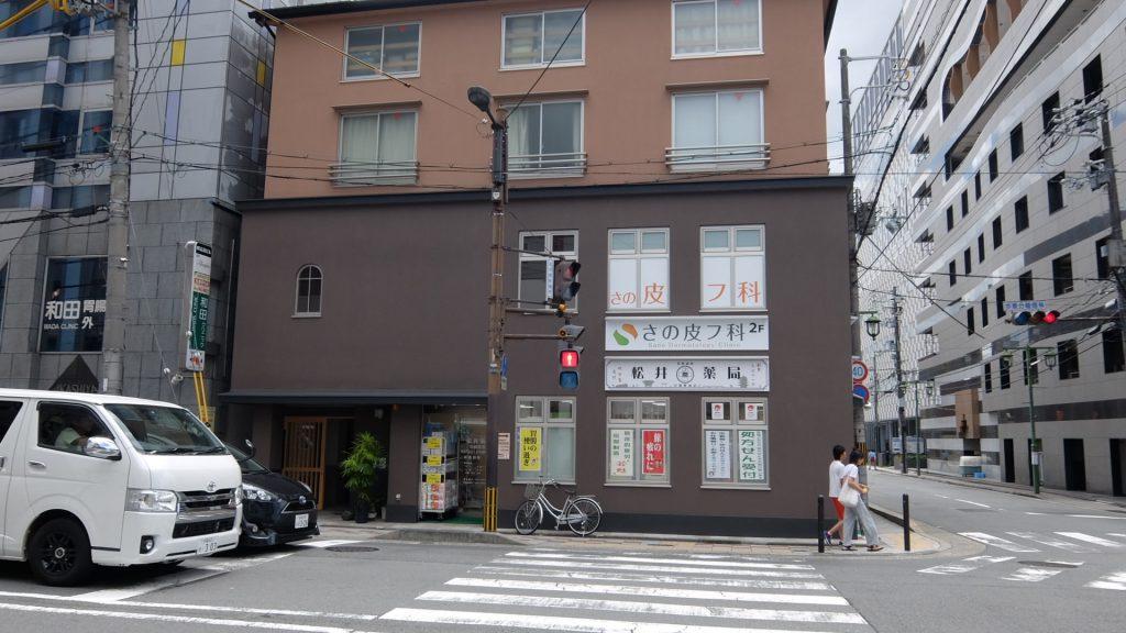 建物の左側に沿って進む